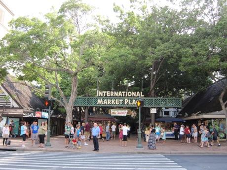 インターナショナルマーケットプレイス前