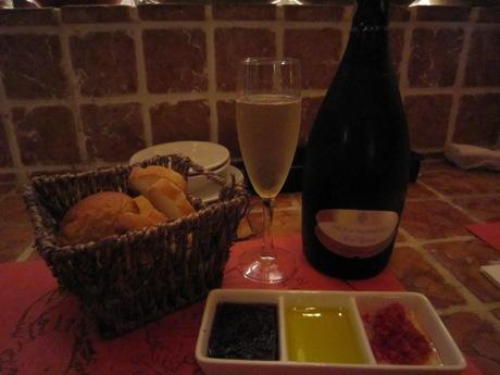 スパークリングワインとパン