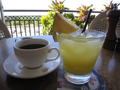 コーヒーとパイナップルジュース