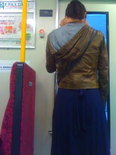 荒川線、都電で見かけた立ち姿の美しい女性