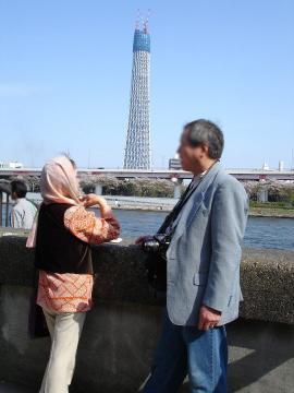 2010 04 11スカイツリー前で.JPG