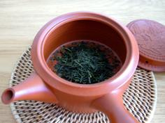 急須にお茶の葉