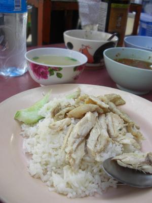 今日の朝飯。屋台でカオマンガイ。これまたうまい!!