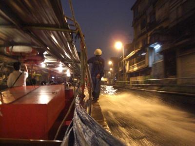 運河ボートも夜光景。