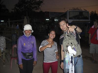 トイレ休憩で。初カンボジア人と記念撮影!人は明るい、