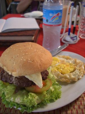 昼食。ハンバーガー。