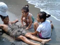 砂浜に埋めるのって結構難しいのですね