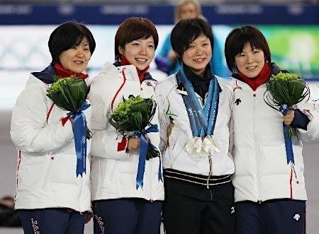 スピードスケート女子団体追い抜きで銀メダルを獲得した田畑真紀、小平奈緒、穂積雅子。右から2人は出場しなかった高木美帆