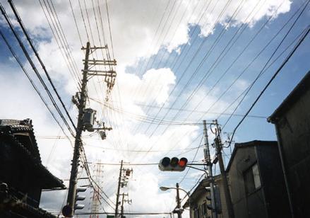 電線と迫る雲