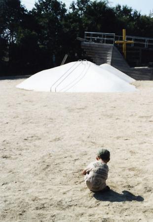一人で砂遊び