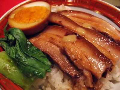 ラー博「かもめ食堂」皮つき豚のやわらか丼(角煮丼)