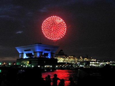 みなとみらい・臨港パークの沖合いで打ち上げられる、神奈川新聞花火大会