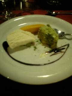 抹茶ケーキとマンゴーとバニラアイスクリーム