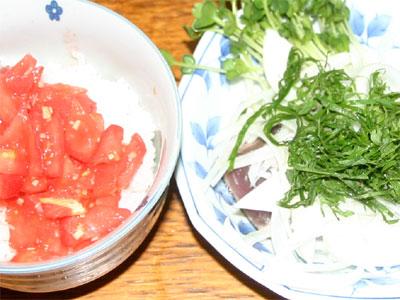 カツオのたたきとトマト丼